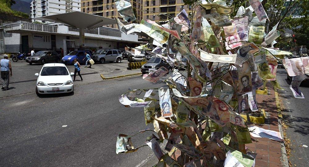 Un árbol de los billetes de bolívares, moneda nacional de Venezuela
