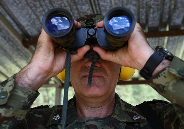 Un militar ruso de una unidad de operaciones espaciales mira en gemelos
