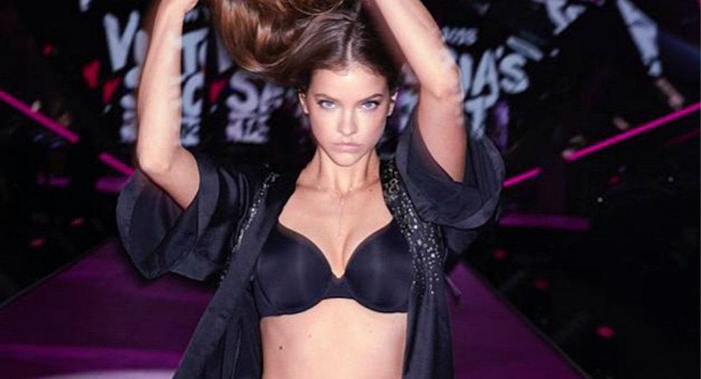 Barbara Palvin en un desfile de Victoria's Secret