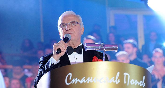 El organizador y presentador del evento, presidente de la Unión rusa de Baile Stanislav Popov