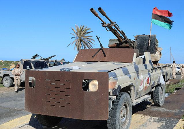 Un vehículo militar en las afueras de Trípoli, Libia