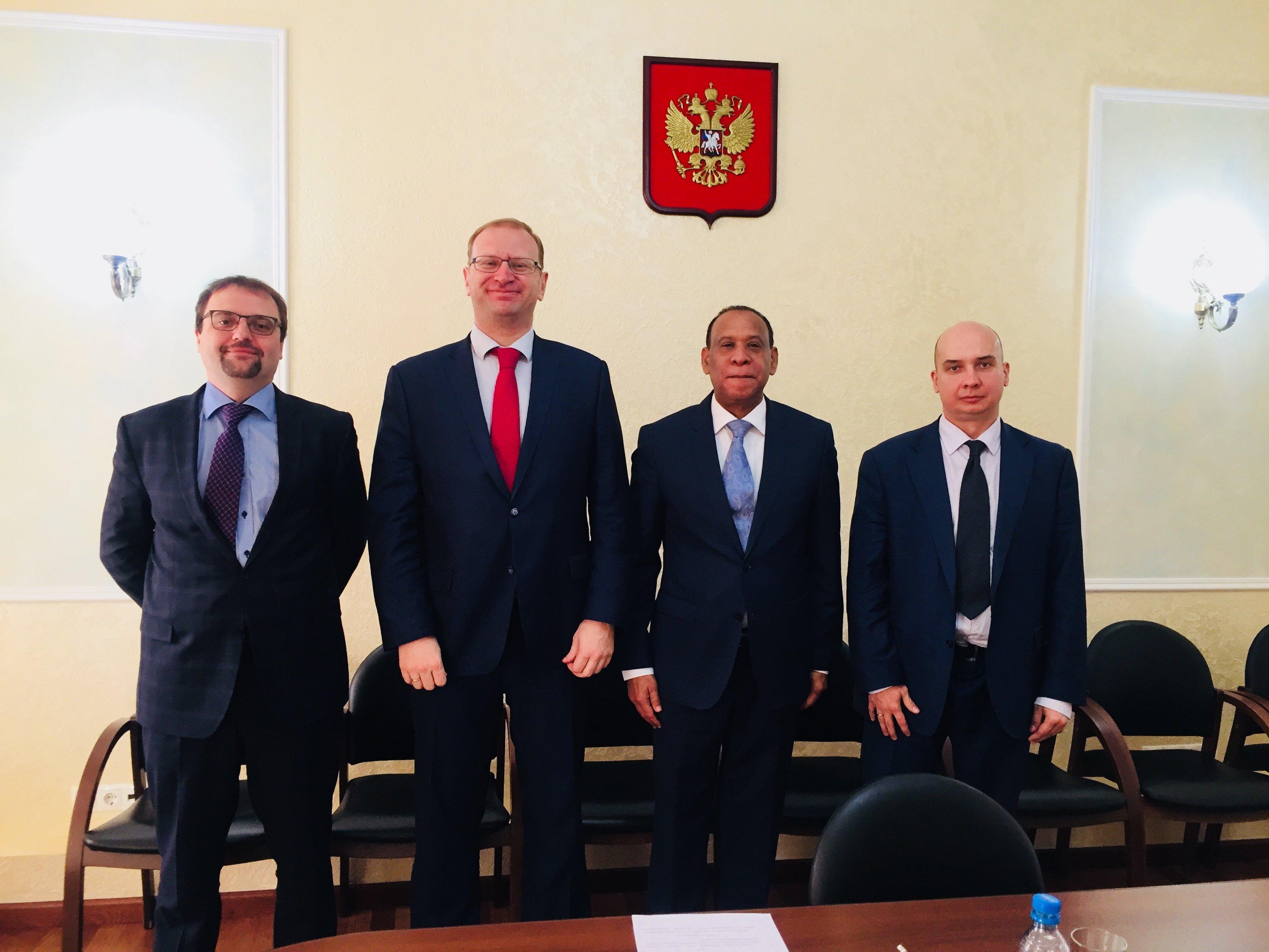El director del Departamento de Política de Deportes y Cooperación Internacional del Ministerio del Deporte de Rusia, Borís Grishin y el embajador de la República Dominicana en Rusia, José Manuel Castillo Betances (en el centro)