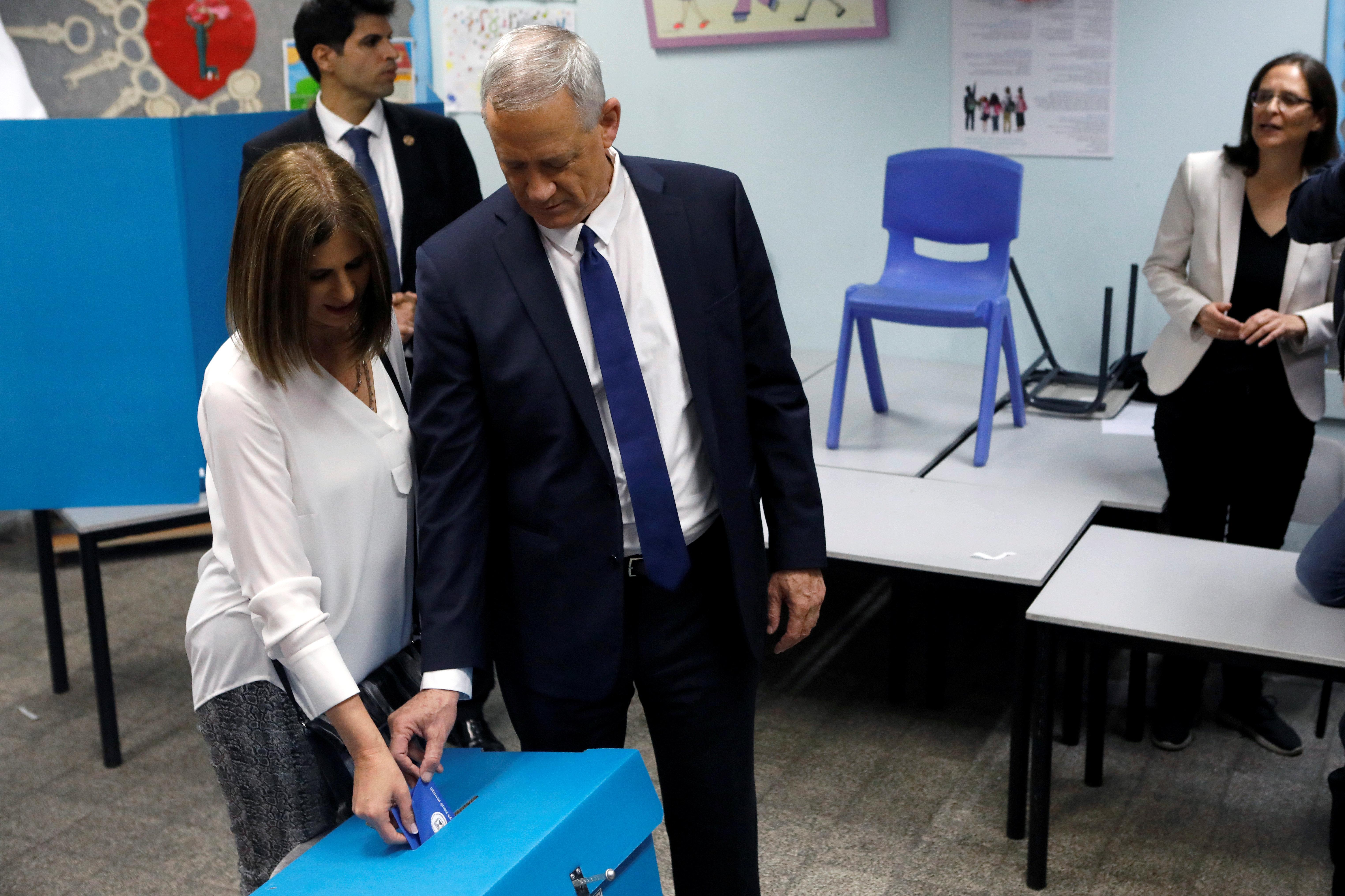Benny Gantz, el principal líder de la coalición Azul y Blanco, votando en las elecciones en Israel