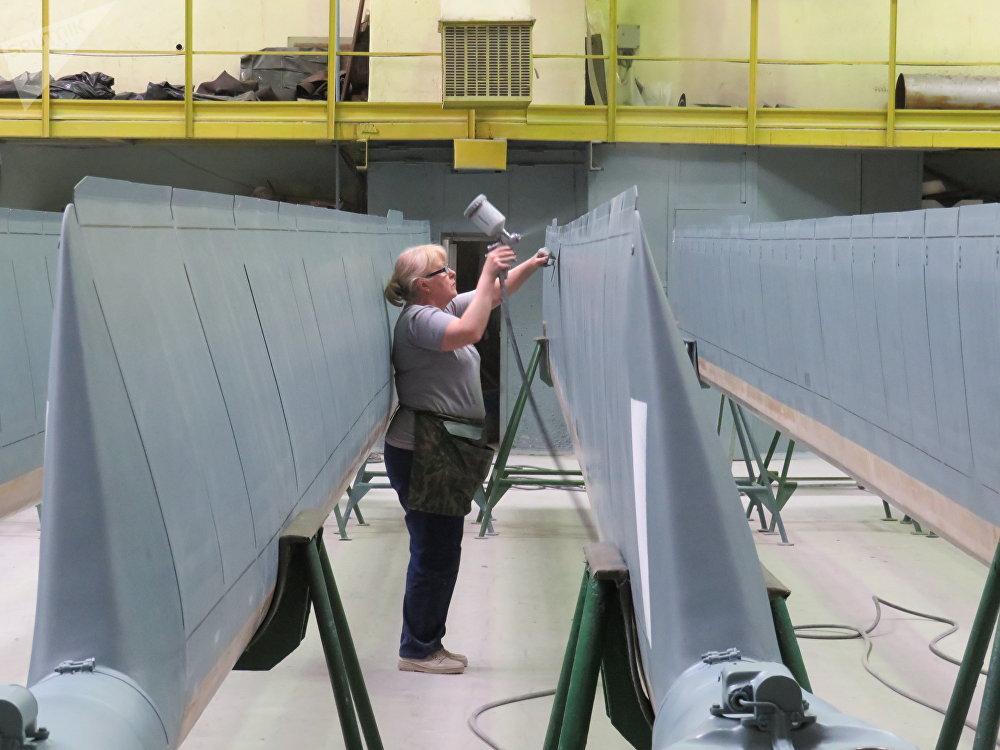 Las palas de la hélice se pintan manualmente con mucho cuidado