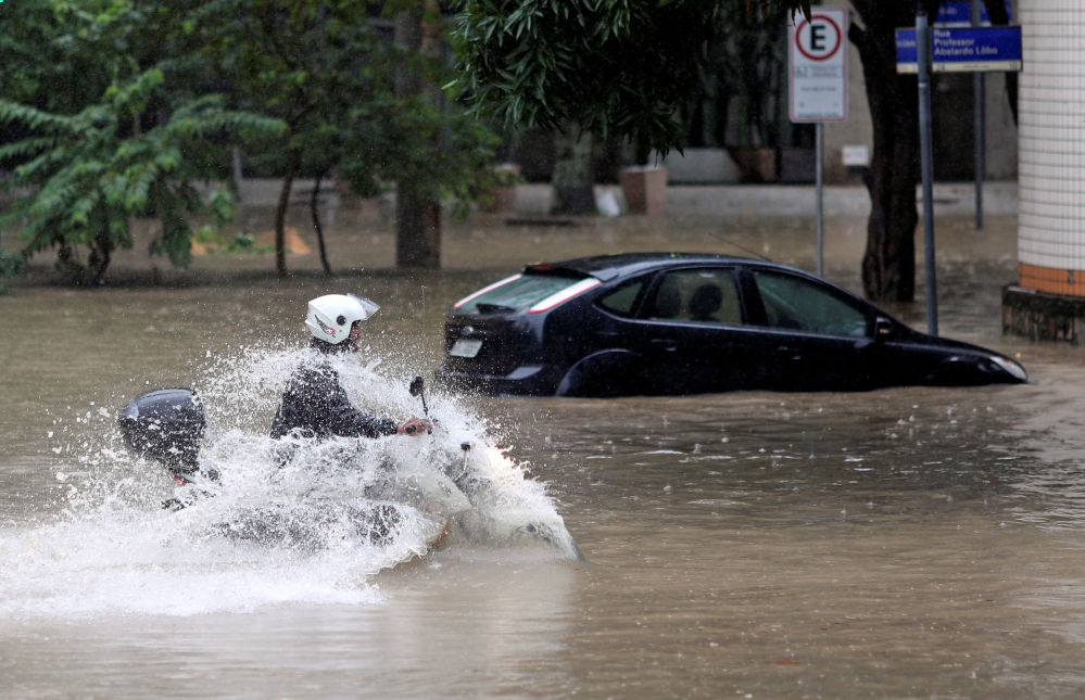 Fuertes lluvias tropicales dejan un reguero de destrucción en Brasil