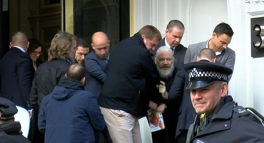 Julian Assange, creador de Wikileaks detenido por la policía de Reino Unido