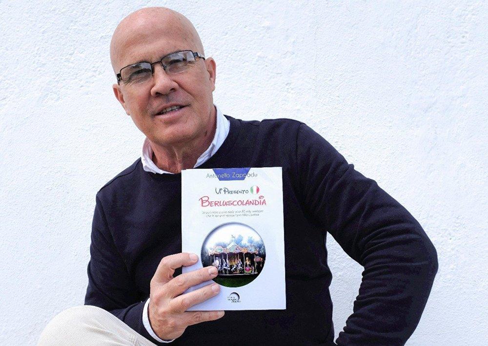 Antonello Zappadu junto a su último libro 'Vi presento Berluscolandia'