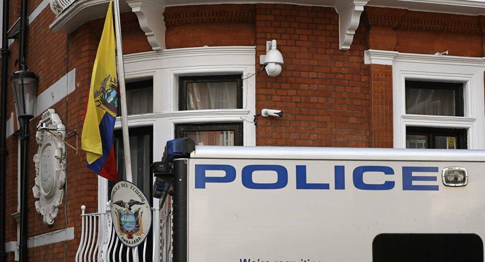 Policía británica cerca de la embajada de Ecuador en Londres