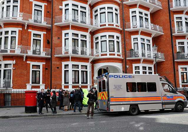 La Policía británica en la embajada de Ecuador en Londres arresta a Assange