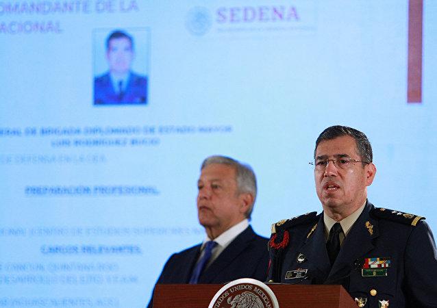 El presidente de México, Andrés Manuel López Obrador, y el nuevo comandante de la nueva Guardia Nacional
