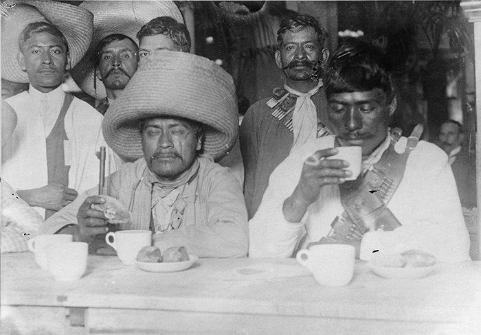 """Escolta zapatista comiendo en el restaurante """"Sanborns"""", Casa de los Azulejos"""