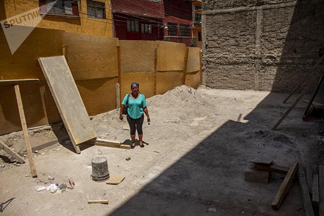 Ruth muestra una de los predios que serán reconstruidos por los daños de la ampliación de la línea 12