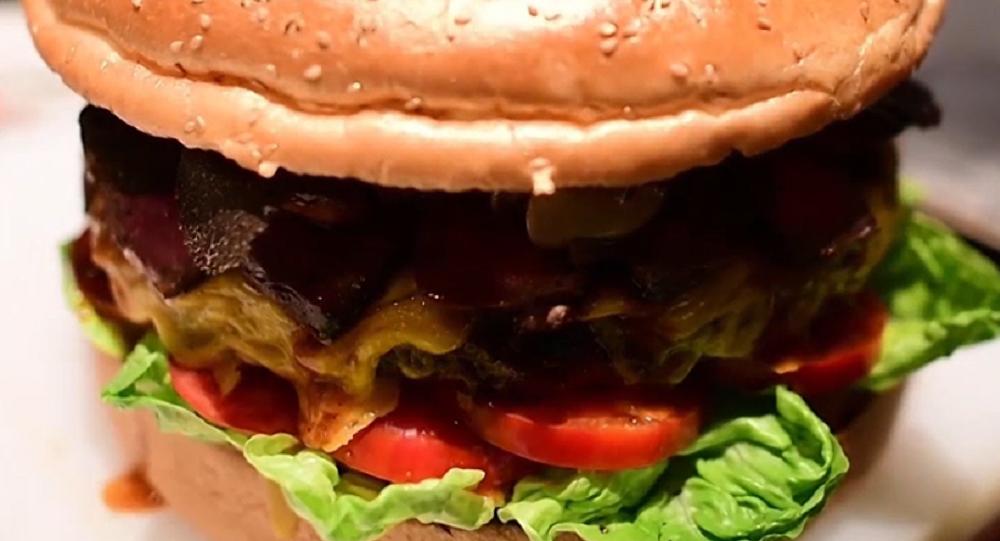 Japón celebra su nuevo emperador con una hamburguesa de oro que cuesta 900 dólares