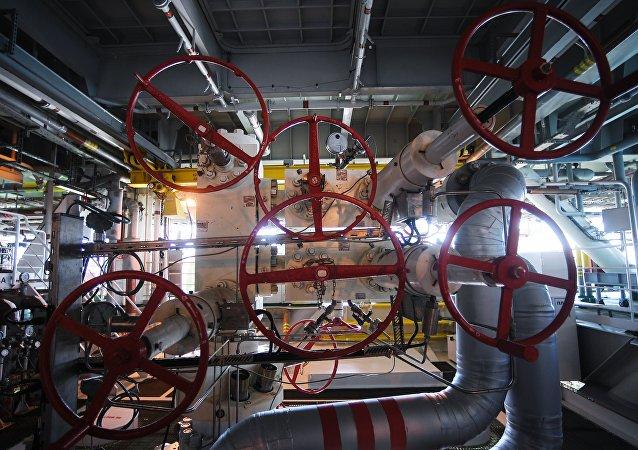 La maquinaria de una plataforma rusa instalada en un yacimiento de petróleo y gas