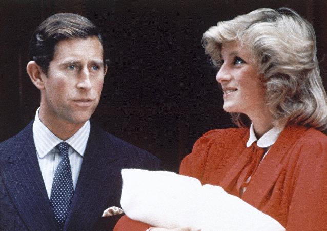 La princesa Diana y el príncipe Carlos con un hijo suyo