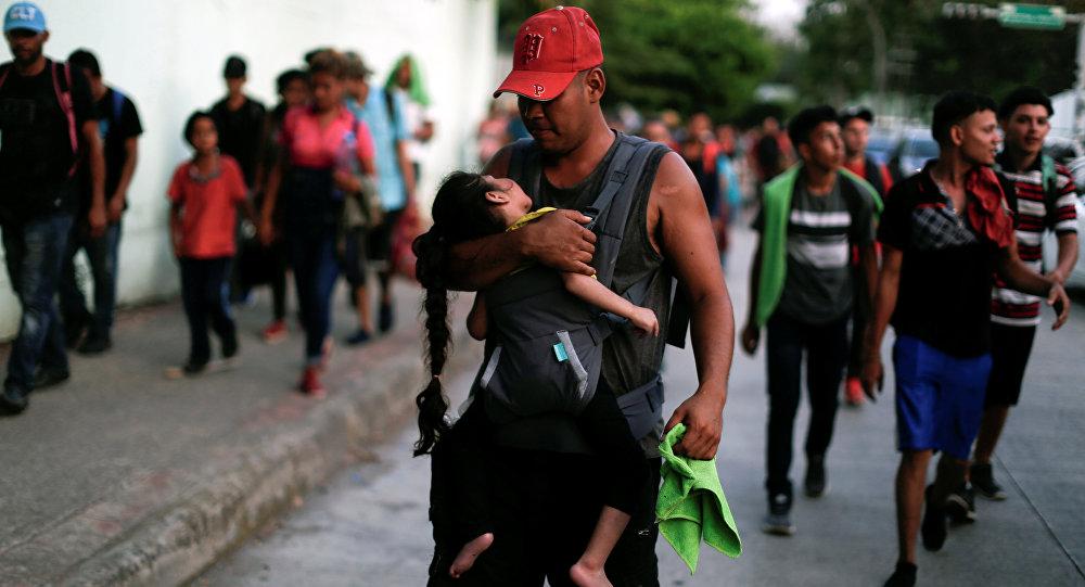 Hondureños que forman parte de una caravana de inmigrantes que se dirige a Estados Unidos caminan por Tapachula, México