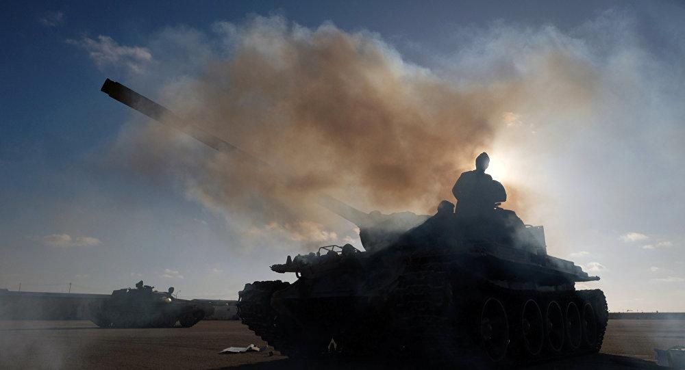 Un tanque del Ejército Nacional Libio (ENL) bajo el mando de Haftar