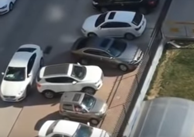 Un conductor sale con pericia de un 'callejón sin salida'