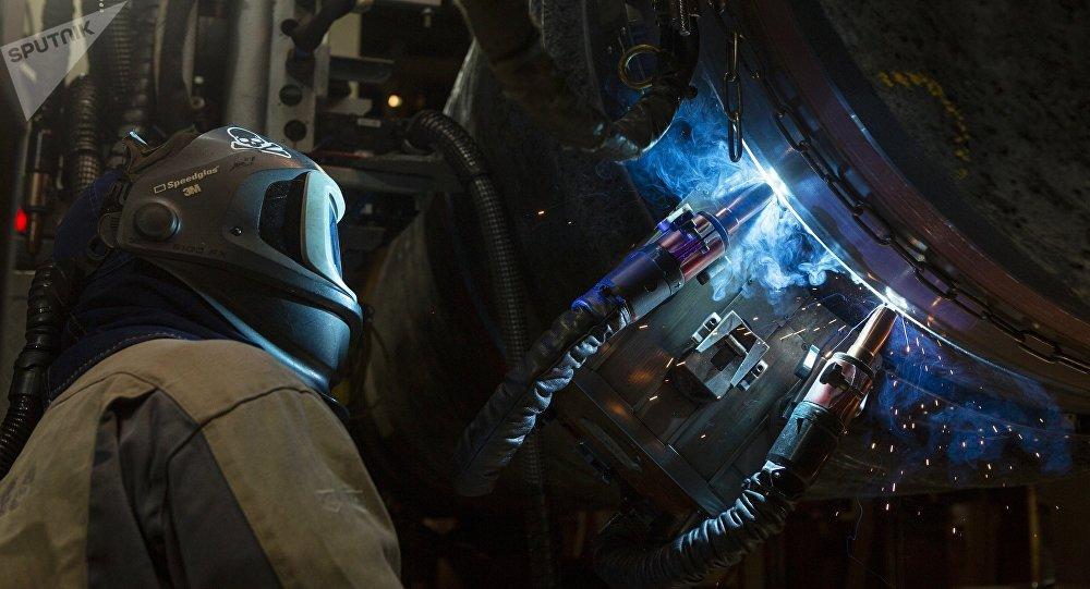 Un hombre fusiona tuberías del gasoducto Nord Stream 2