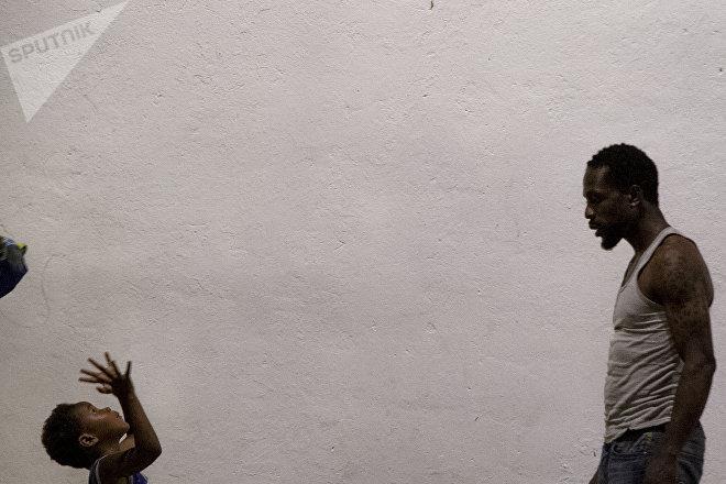 """Familias de la caravana migrante juegan en el """"Teatro del Pueblo"""" de Huehuetán, Chiapas, México"""