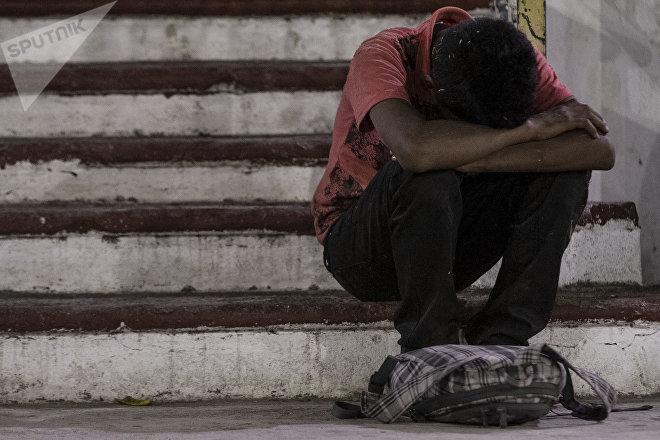 """Miembros de la caravana migrante descansan en el """"Teatro del Pueblo"""" en Huehuetán, Chiapas, México"""