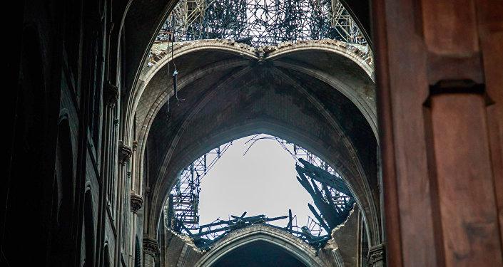 El techo de la catedral de Notre Dame tras el incendio