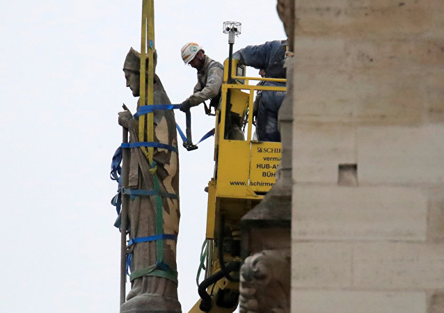 Un obrero trabaja en reparaciones de Notre Dame tras incendio del 15 de abril de 2019