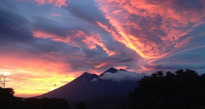 Volcanes y la puesta del sol, referencial