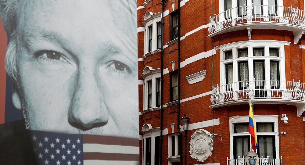 Retrato de Julian Assange cerca de la Embajada de Ecuador en Londres