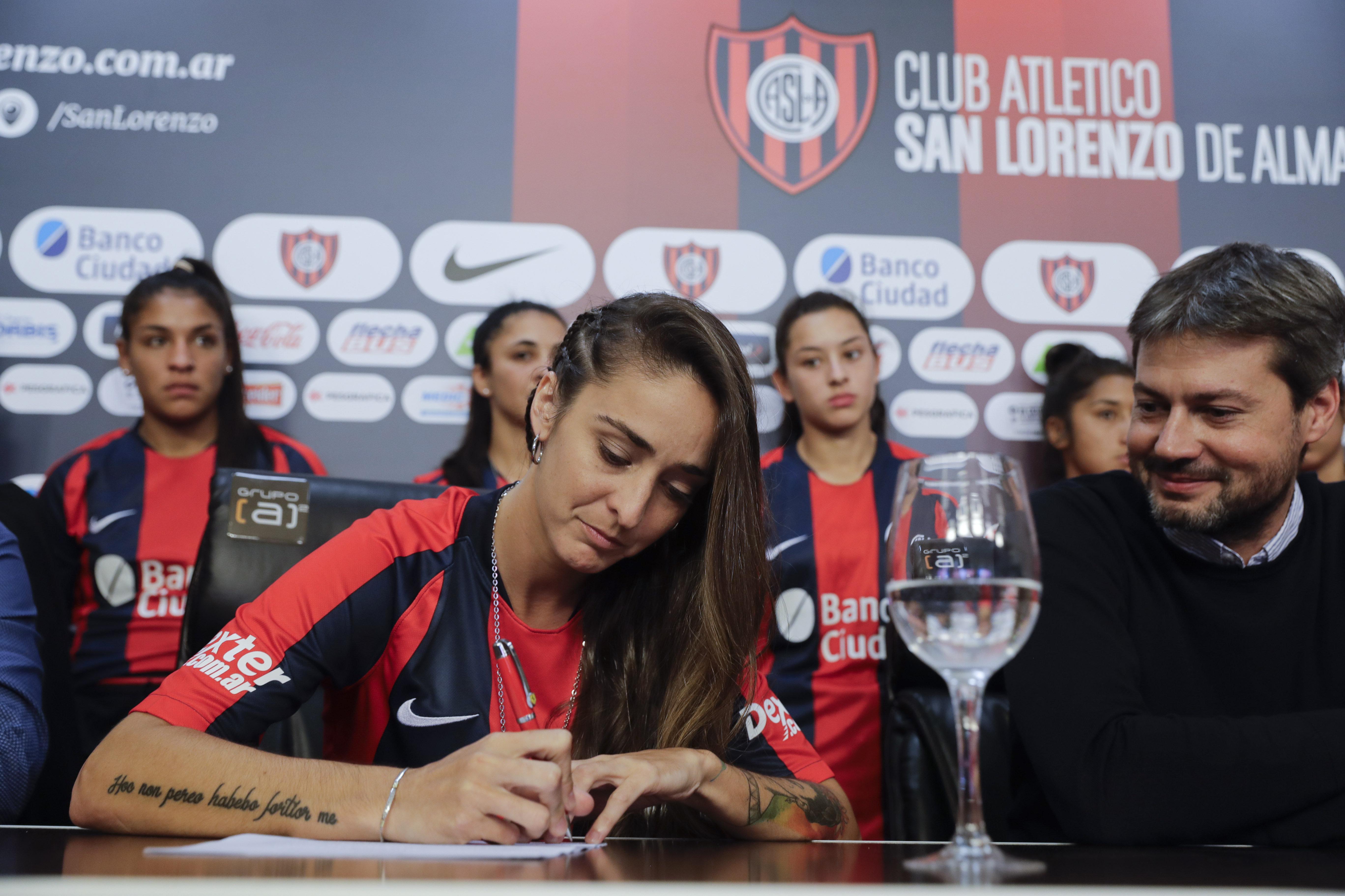 La jugadora argentina Macarena Sánchez firmó el 12 de abril un contrato profesional en el club de fútbol San Lorenzo