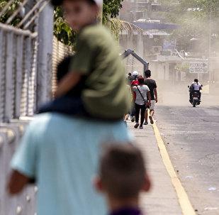 Tecún Umán, Guatemala. Migrantes caminan por el puente Rodolfo Robles, para iniciar su solicitud de visa humanitaria