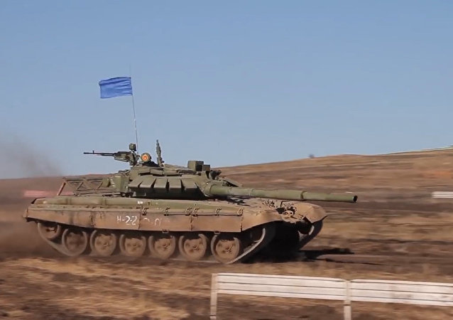 Sumérgete en la acción del biatlón de tanques en Rusia