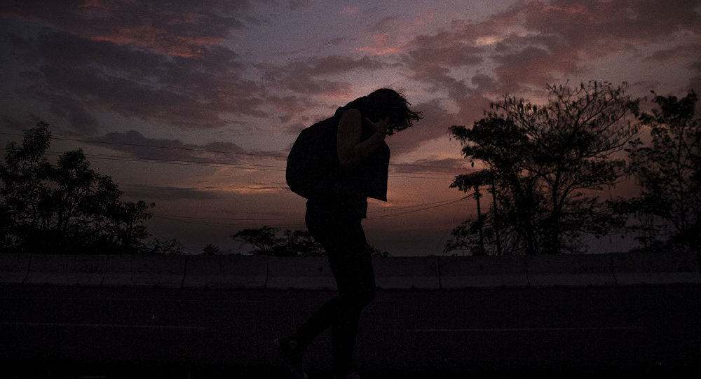 Tapachula, Chiapas. Mujer camina en la carretera México 200 rumbo al norte del país.