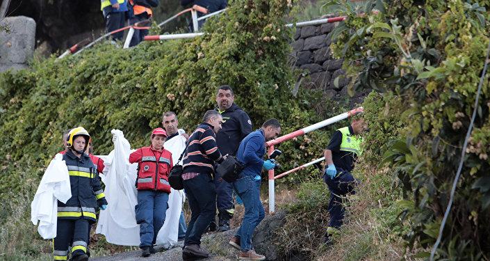 Equipos forense y de rescate tras el accidente de un autobús en Madeira, Portugal