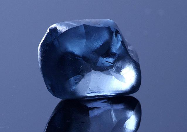 El diamante azul Okavango Blue, antes del proceso de pulido