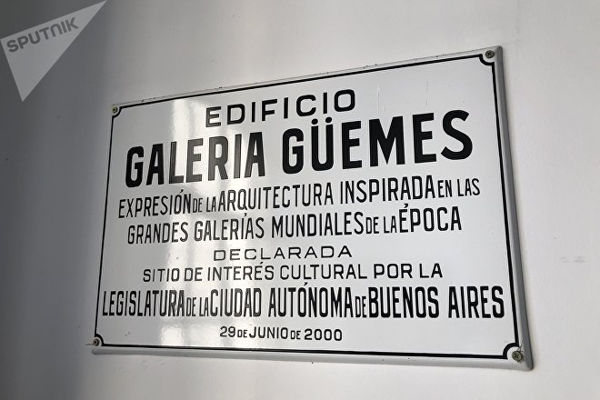 Placa en la Galería Güemes de Buenos Aires