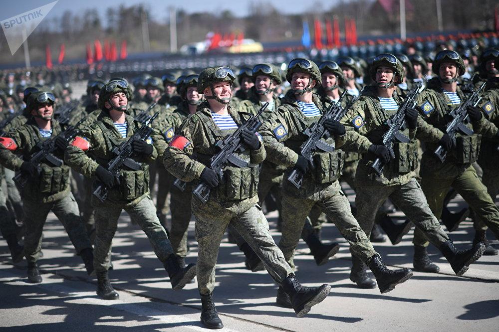 Los paracaidistas rusos participan de un ensayo del Desfile del Día de la Victoria con sus nuevos rifles de asalto AK-12