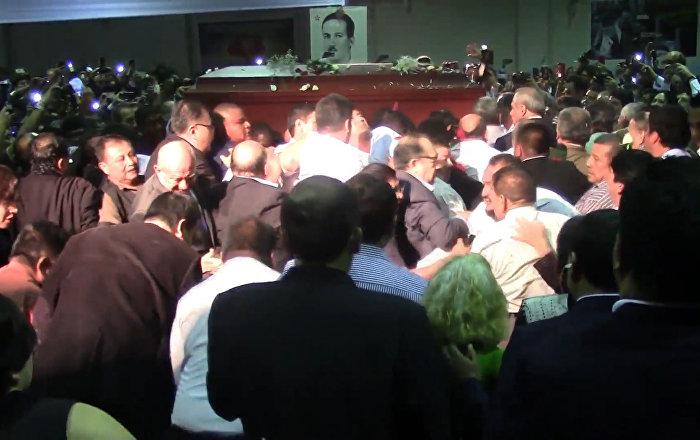 Centenares de peruanos asisten al funeral de Alan García