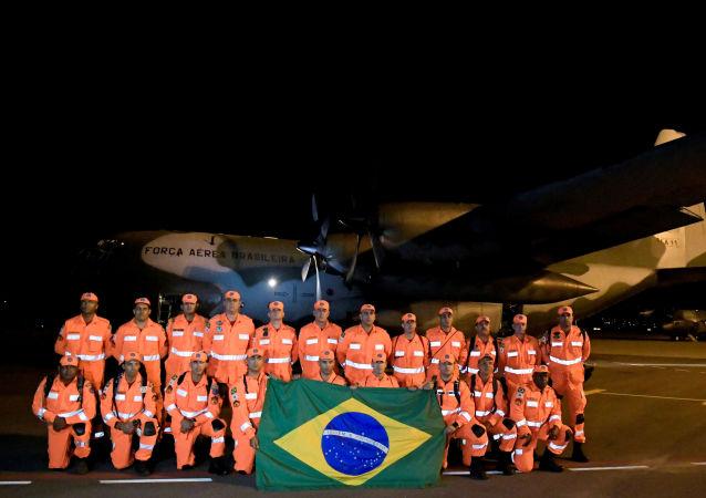 Bomberos de la Fuerza Nacional de Brasil antes de viajar a Mozambique para actuar en tareas de ayuda humanitaria  tras el ciclón Idai (archivo)