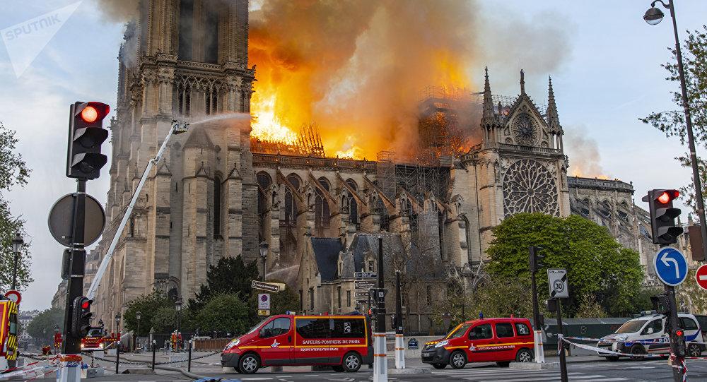 La catedral de Notre Dame de París en llamas