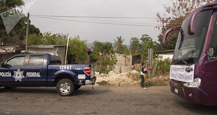 Huixtla, Chiapas. Policía federal retiene los autobuses del Vía Crucis de cubanos
