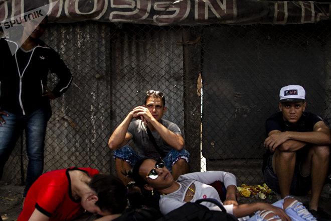 Huixtla, Chiapas. Cubanos descansan en una sombra