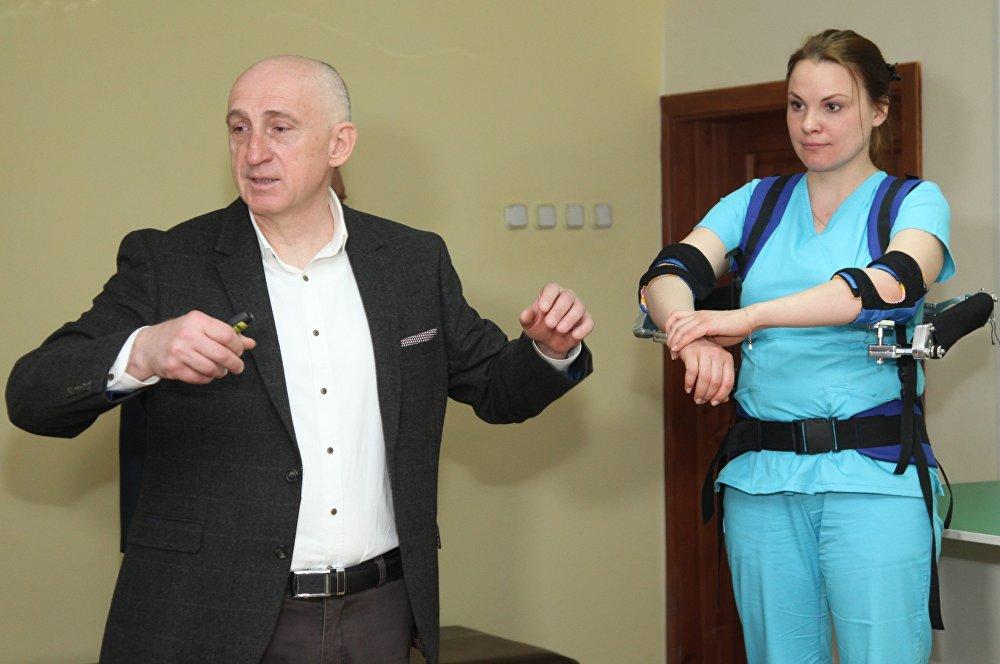El cirujano y profesor Alexandr Vorobiov explica el funcionamiento del exoesqueleto médico
