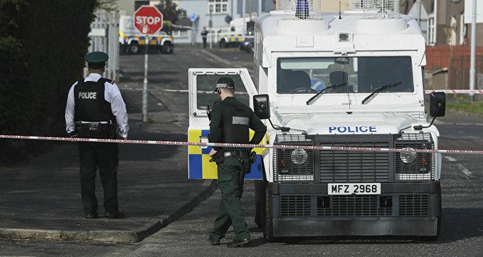 La Policía norirlandesa en el lugar del asesinato de la reportera Lyra McKee