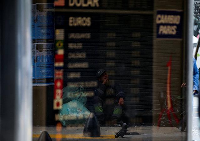 El reflejo de un hombre pidiendo limosna en la vidriera de un cambio de Buenos Aires