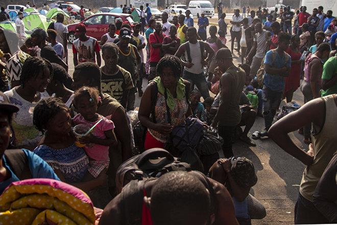 Tapachula, Chiapas: Cientos de migrantes, muchos de ellos haitianos, esperan que les resuelvan su situación migratoria en la estación Siglo XXI