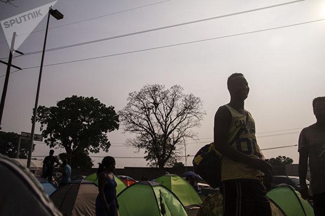 Tapachula, Chiapas: Campamento de haitianos y africanos frente la cárcel migratoria Siglo XXI, donde esperan que les resuelvan su situación en México