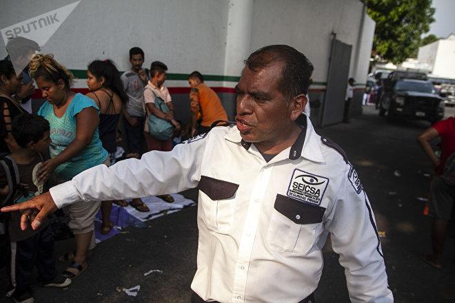 Tapachula, Chiapas: Seguridad privada desaloja a haitianos y africanos frente a la cárcel para migrantes, estación Siglo XXI