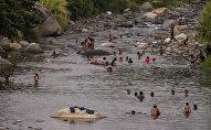 Huixtla, Chiapas: Migrantes de éxodo centroamericano se divierten antes de seguir su camino a EEUU