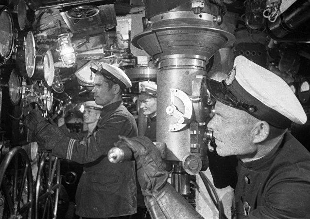 Un marino soviético trabaja en un submarino (archivo)